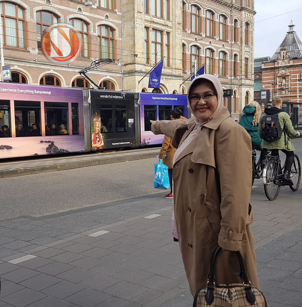 Emilia Kontesa Indonesia. Senang jalan-jalan di Belanda.