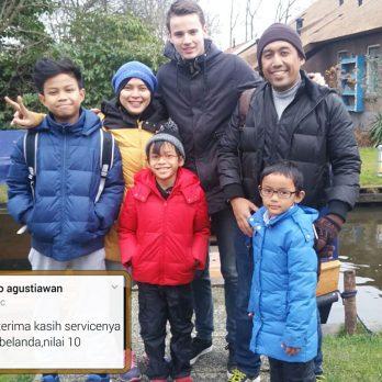 Pak Nano beserta keluarga dan Mister Robin dari Smit Giethoorn, sedang menikmati keindahan dusun air terindah.