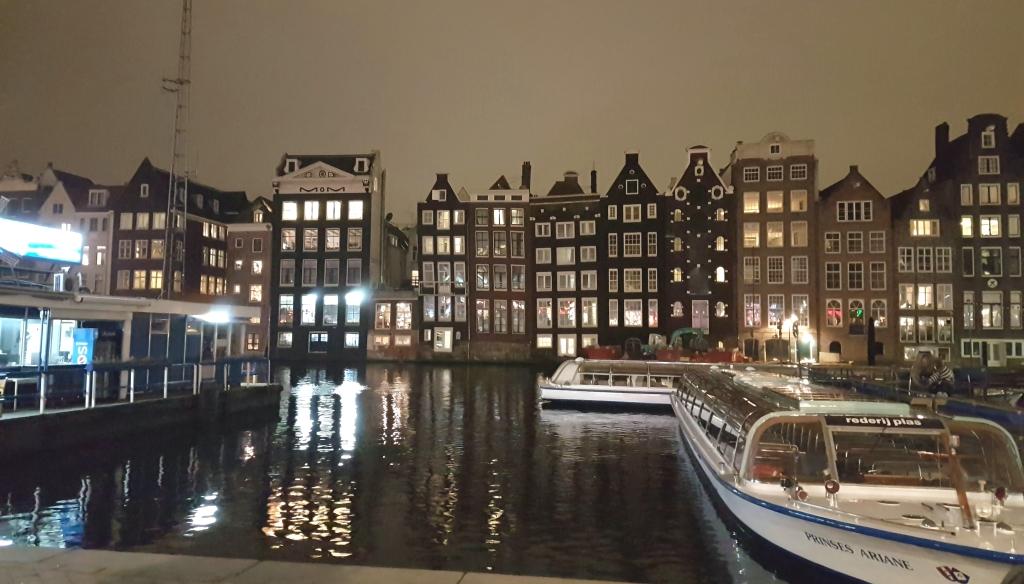 Jika berjalan dari Stasion Amsterdam menuju Royal Palace maka di sebelah kiri tangan akan tampak sederetan rumah dan perahu yang mencirikan kita berada di Amsterdam.