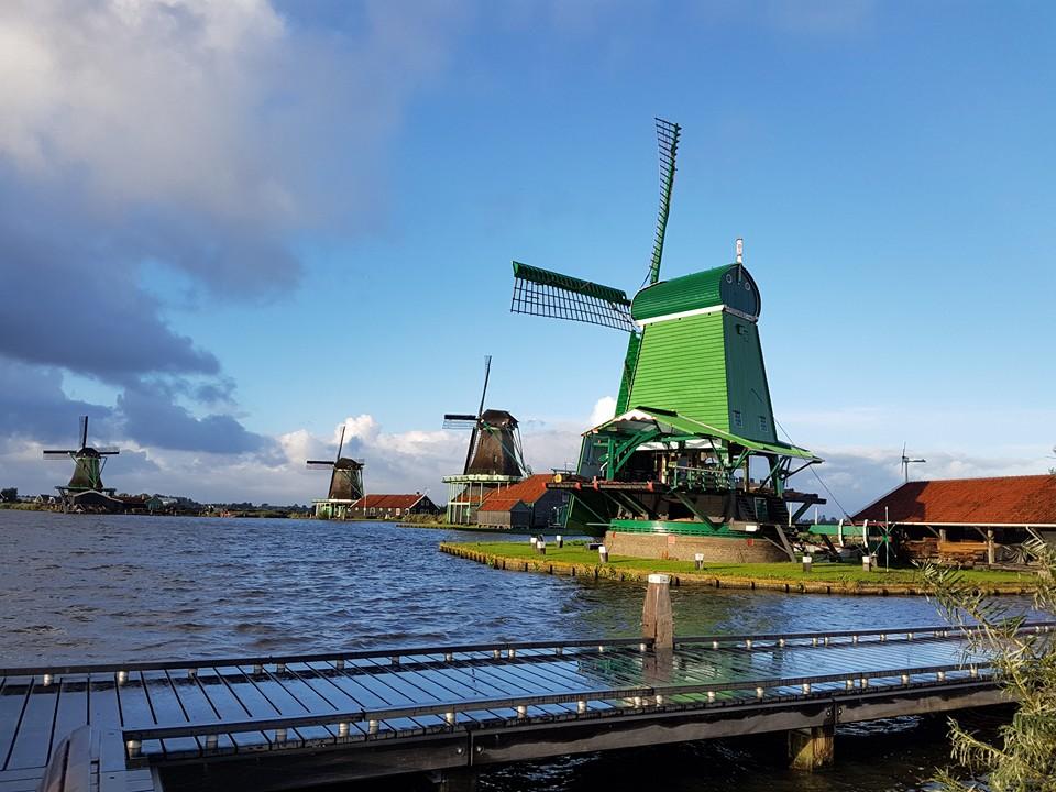 Kincir Angin di Zaanse Schans, salah satu tujuan wisata yang penting di Belanda. Kombinasi dengan tour Volendam dan Giethoorn.