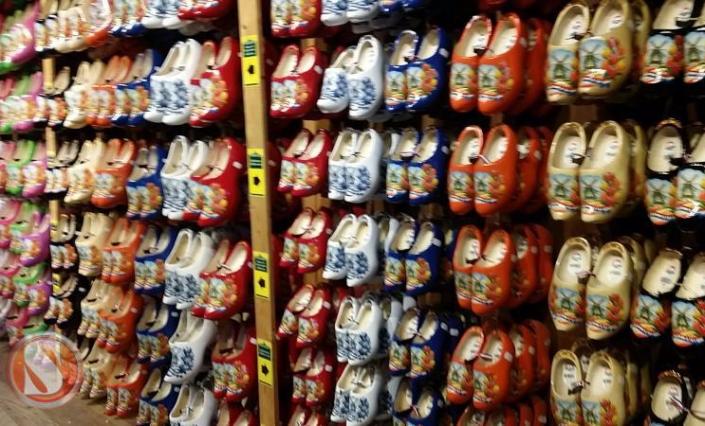 Kelom, Sepatu Kayu Khas Negeri Belanda. Wisata ke tempat Pembuatan Kelom di Belanda, Wisata Murah ke Belanda. Pemandu Wisata orang Indonesia di Eropa dan Belanda.