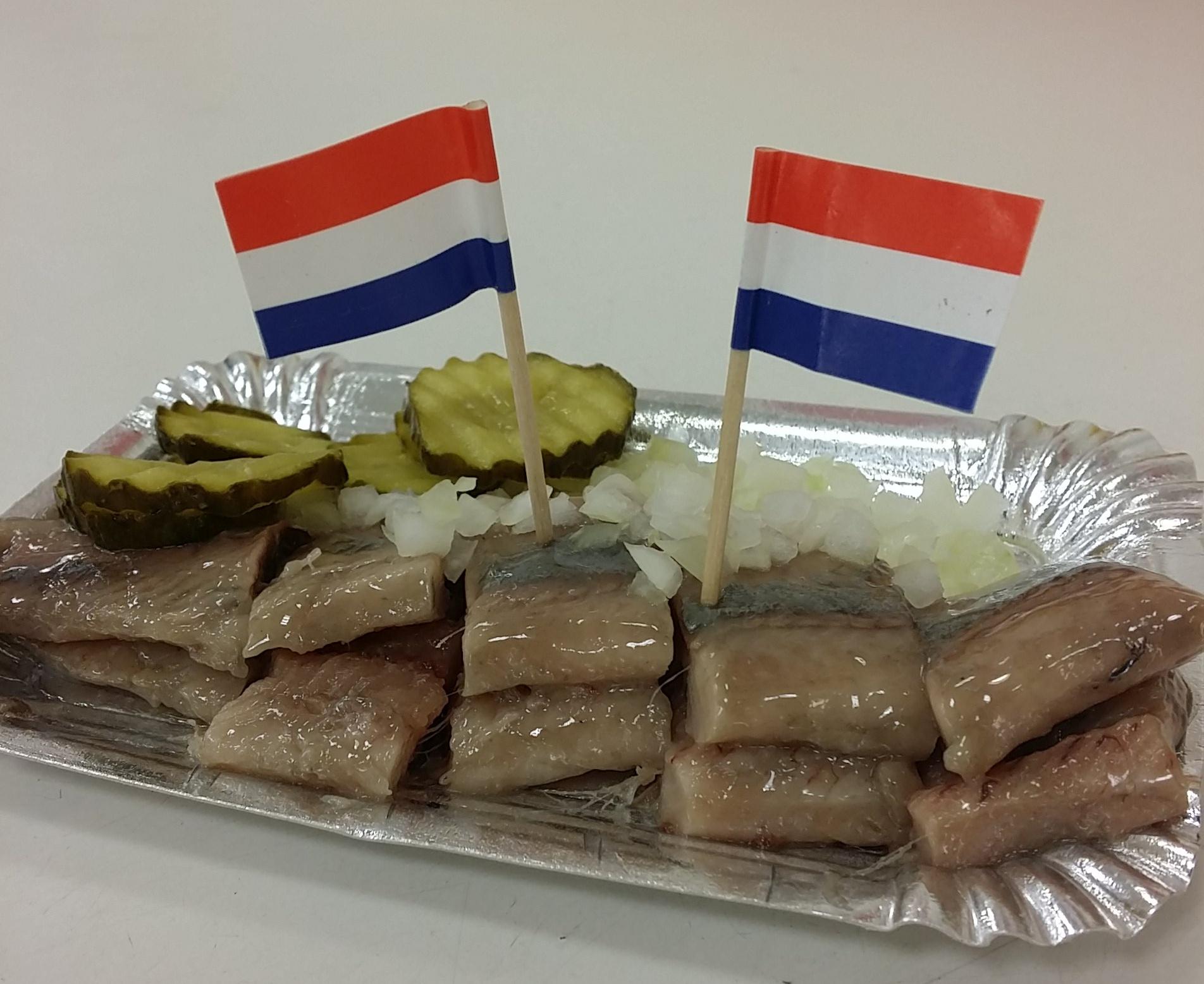 Haring bin Herring ikan khas Belanda. Ikan mentah tapi enak banget. Ke Belanda perlu coba ini.