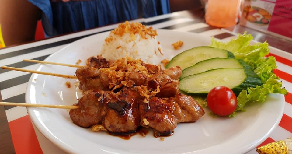 Sate Ayam sudah sangat populer di Belanda. Asalnya memang dari Indonesia tapi ukuran dagingnya lebih tebal dari yang biasa kita temukan di mamang sate di Indonesia.