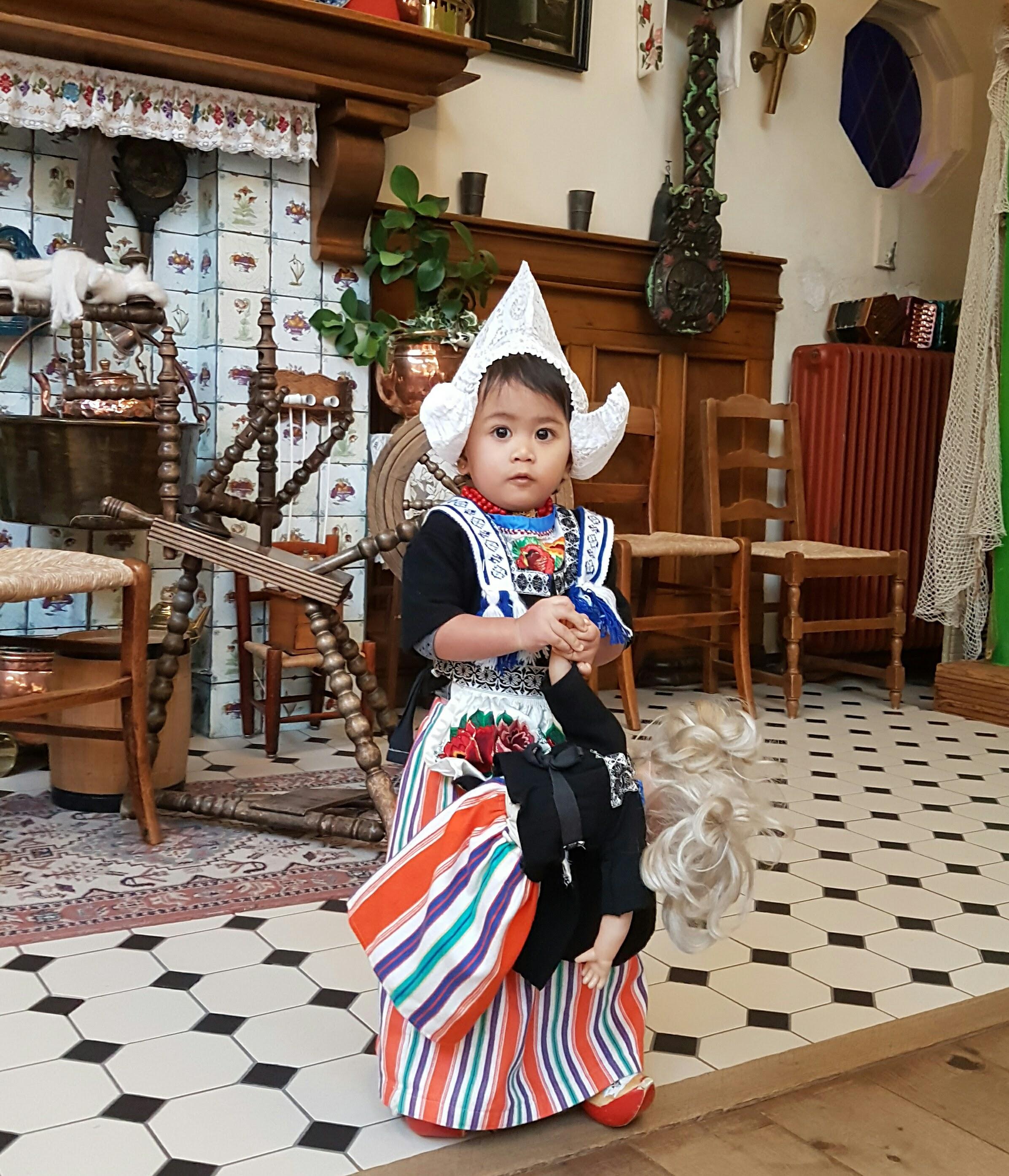 Berbusana Pakaian Tradisional di Belanda. Mengikuti jejak Titiek Puspa, Gus Dur, Cak Lontong, Ruban Onsu, Megawati, Rafli Ahmad dan lainnya. Artis-artis Indonesia.