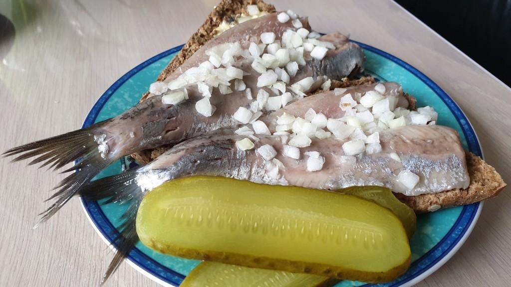 Ikan Haring, makanan khas Belanda. Rasanya mirip Sushimi dan agak amis.