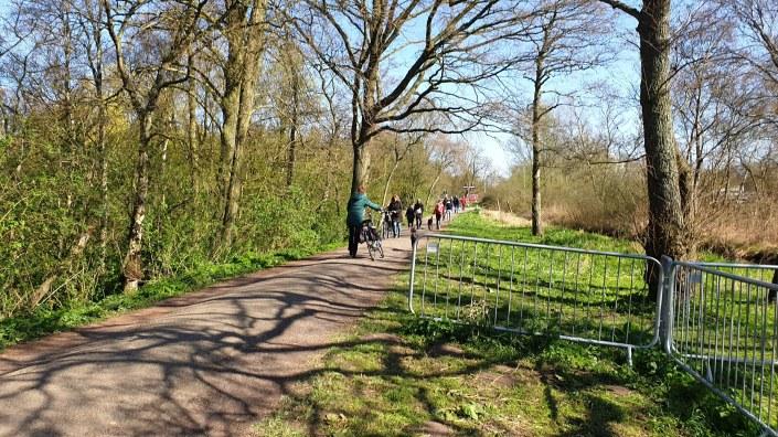 Jalan Setapak Menuju Taman Sakura, Jalan Kaki dan Naik Sepeda. Cara Terbaik ke Taman Sakura. Wisat Belanda, Sewa Mobil dan Sopir di Belanda