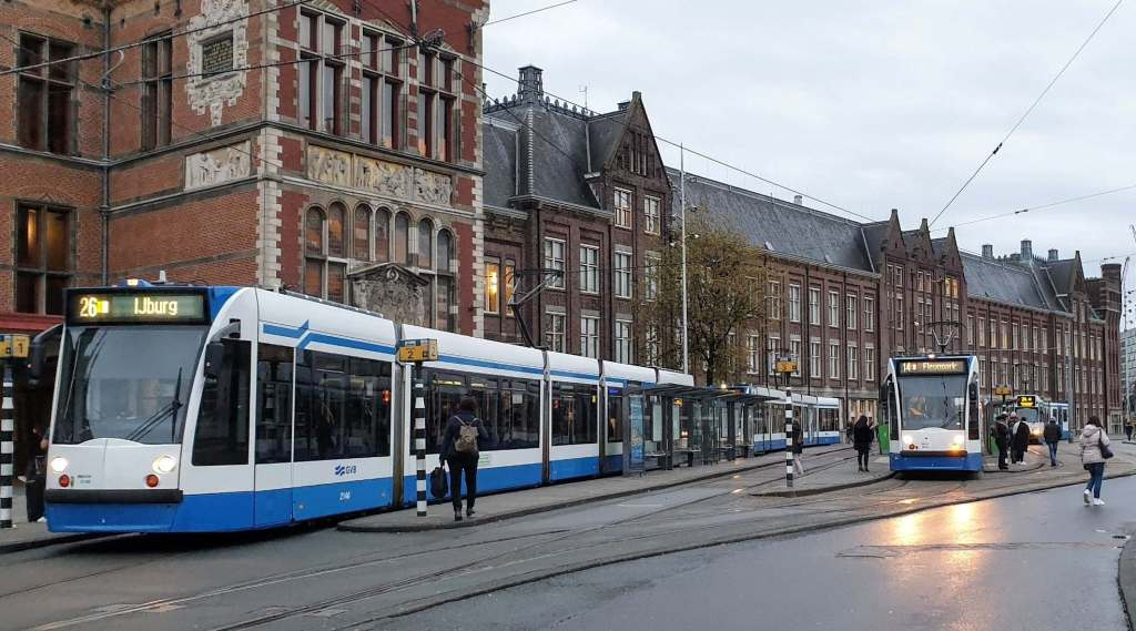 Tram Stasion Amsterdam. Lokasinya di depan stasion. Taksi lokasinya di Belakang Stasion.