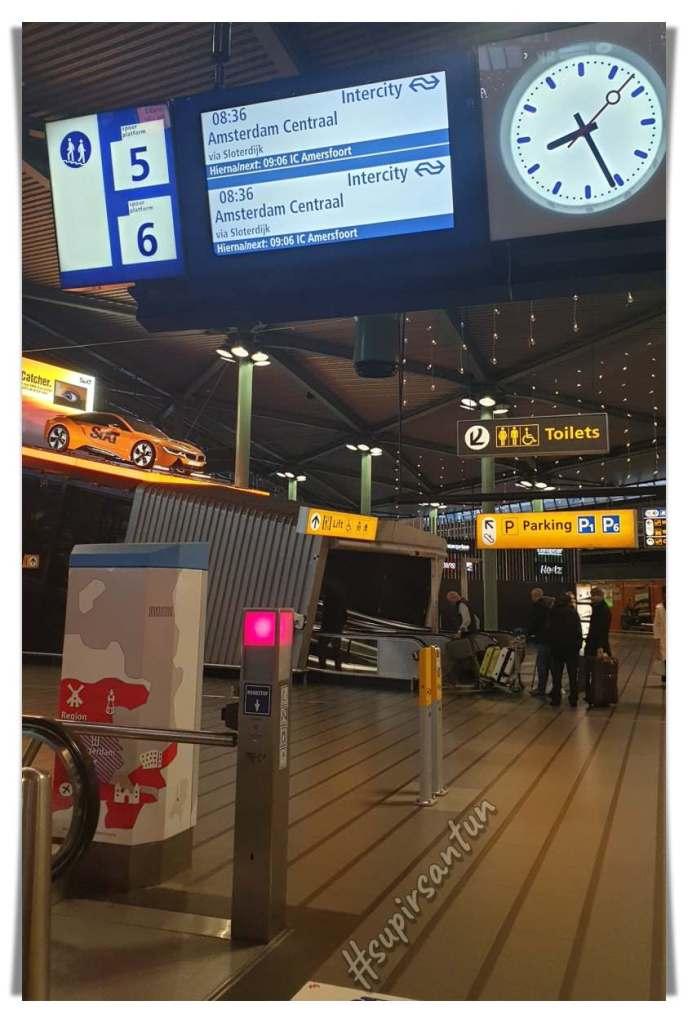 Stasion Kereta Api Schiphol. Schiphol ke Amsterdam Centraal lewat Sloterdijk. Wisata Ekonomis di Amsterdam.