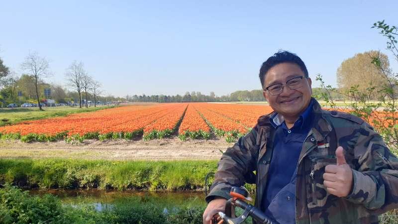Musim Bunga Tulip di Belanda, Eka Tanjung bersepeda menikmati ladang Tulip. One Day tour Tulip, Keukenhof, Pemandu Wisata Indonesia di Belanda